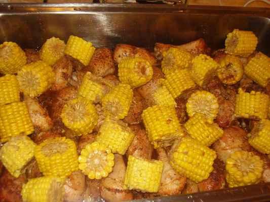Pečené kuřecí paličky a grilovaná kukuřice